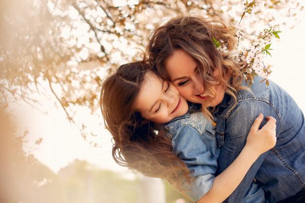 Mama e hija en un parque disfrutando
